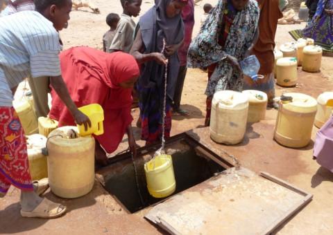 women_collecting_water_in_west_wajir
